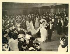 Wedding dance between newlyweds