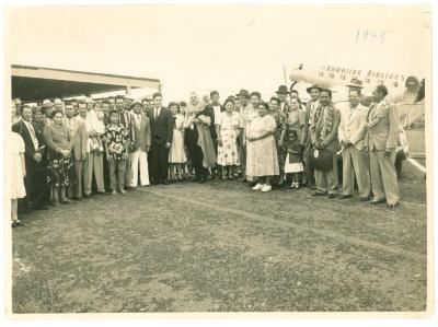 Crowd in front of a Hawaiian Airlines plane