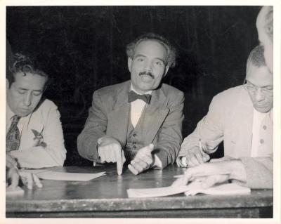 Albizu Campos talking at table with others