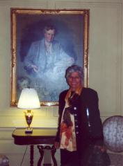 Helen Rodríguez-Trías standing in front of portrait of Eleanor Roosevelt