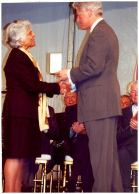 President Bill Clinton presenting award to Helen Rodríguez-Trías